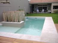 piscina 3 niveles con cascada revestida en piedras.